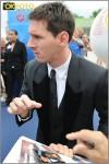 Leo Messi firma un autografo ad un tifoso