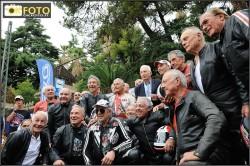 Foto di gruppo per i campioni della parata alla Rievocazione trofeo motociclistico Ospedaletti