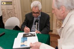 Il maestro Erwitt autografa il suo libro ad un appassionato di fotografia