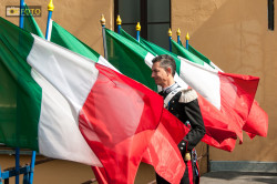 Bandiere tricolori circondano un militare dell'Arma