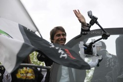 L'allenatore della Juve, Conte, festeggiato dopo la conquista dello scudetto
