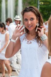 La gioia di una partecipante alla Cena in Bianco a Torino