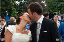 Il bacio della sposa prima del corteo storico di San Giovanni a Torino