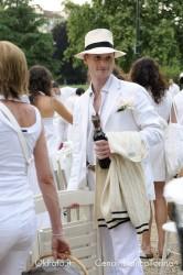 Un partecipante alla Cenainbianco porta una bottiglia di vino