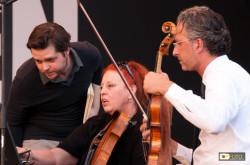 Festival Beethoven: Il Direttore e alcuni orchestrali curano i dettagli durante le prove generali