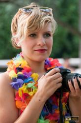 una partecipante fotografa i ciclonudisti