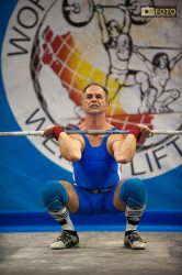 Un atleta impegnato nella gara di sollevamento pesi a Torino