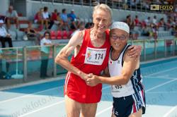 Due decatleti si congratulano all'arrivo della prova dei 400 mt durante i World Masters Games a Torino