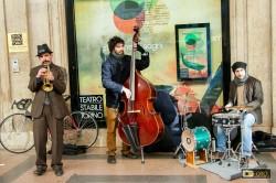 musicisti sotto i portici di Torino