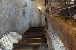 Le scale in legno che conducono alla sommità del campanile
