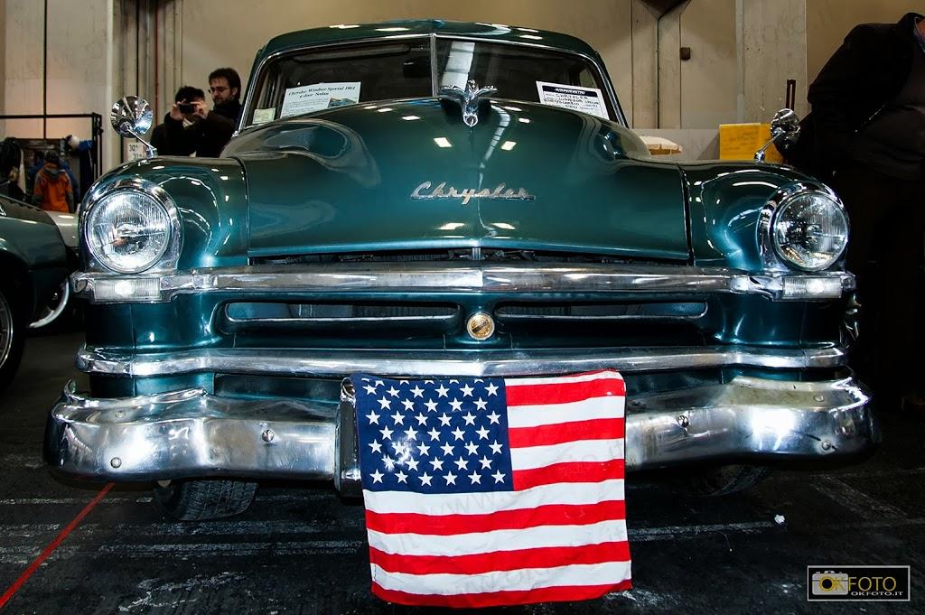 un vecchio modello chrysler con la bandiera USA