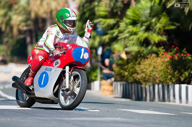 Giacomo Agostini impegnato con la sua MV Agusta sul circuito ligure