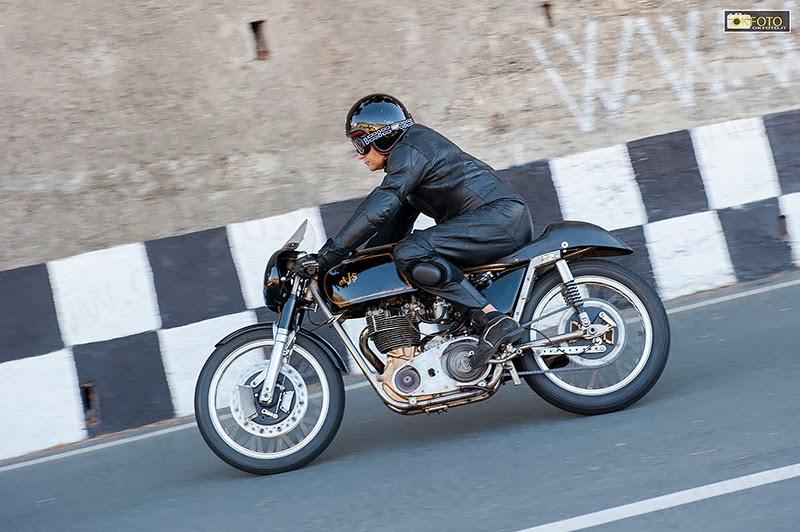 Un pilota impegnato con la moto d'epoca sul tracciato di Ospedaletti