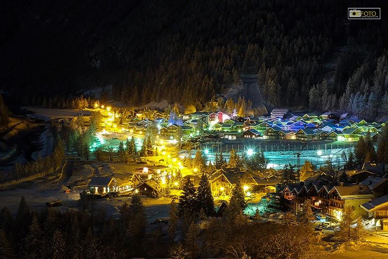 Una suggestiva immagine notturna di Pragelato, frazione Plan