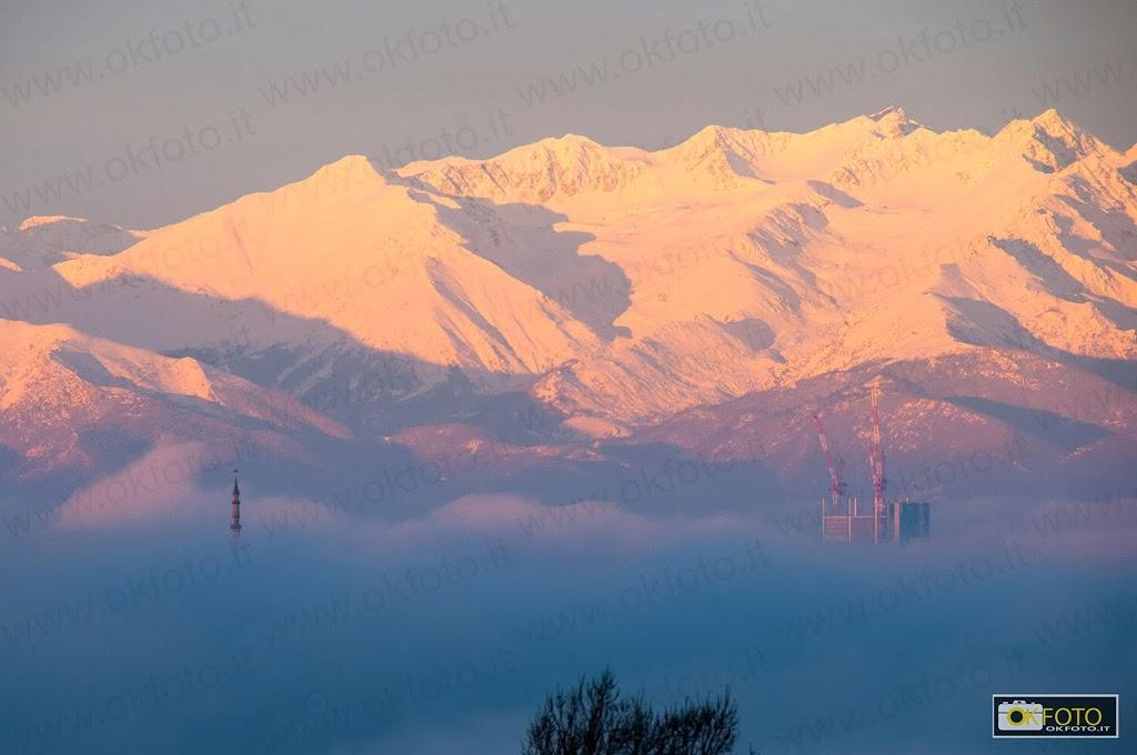 La punta della Mole e gli ultimi piani del grattacielo Intesa bucano la nebbia su Torino