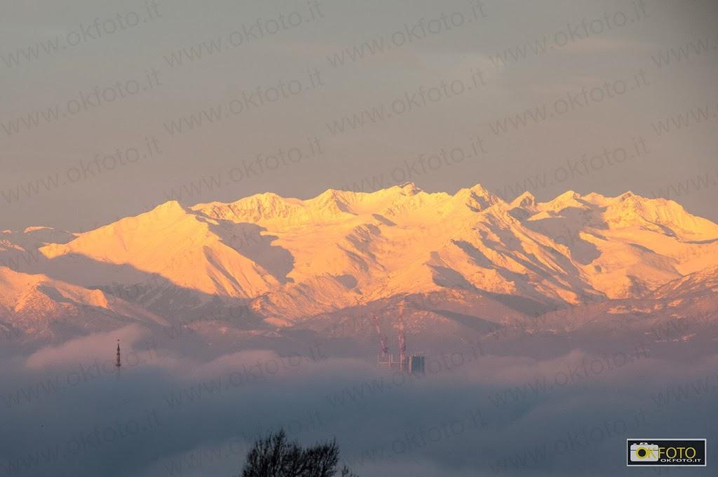 Torino nascosta dalla nebbia: sullo sfondo le Alpi innevate