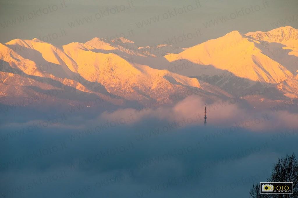 La nebbia nasconde Torino: si scorge la punta della Mole Antonelliana