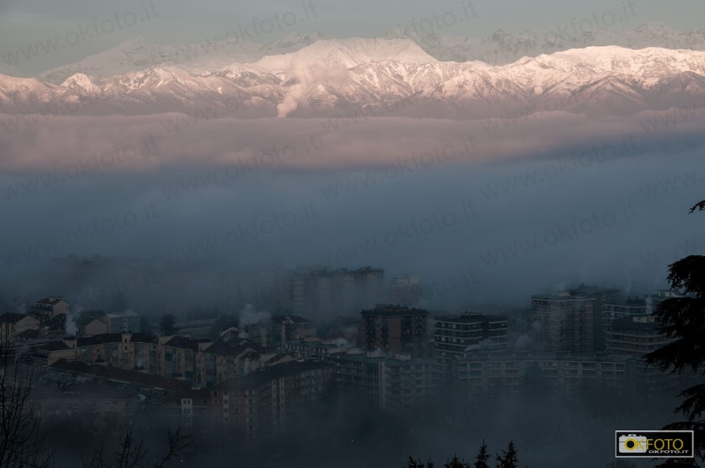 la nebbia avvolge le case di Torino nei pressi di ponte Sassi