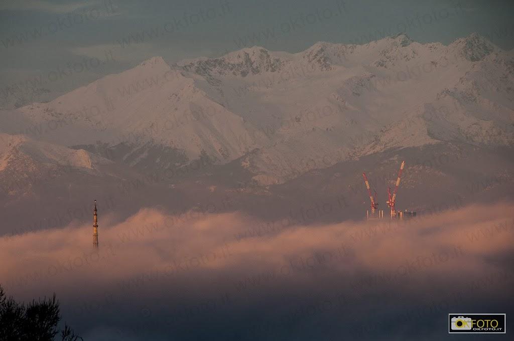 La Mole Antonelliana spunta dalla nebbia che avvolge Torino