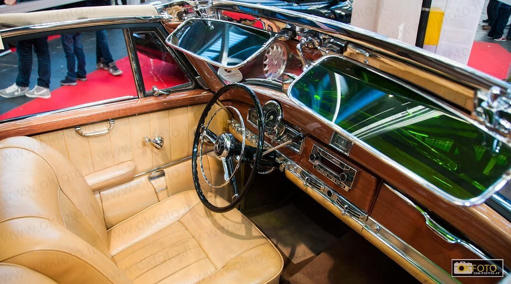Una vista dell'interno della Mercedes 300 S, in pelle e radica