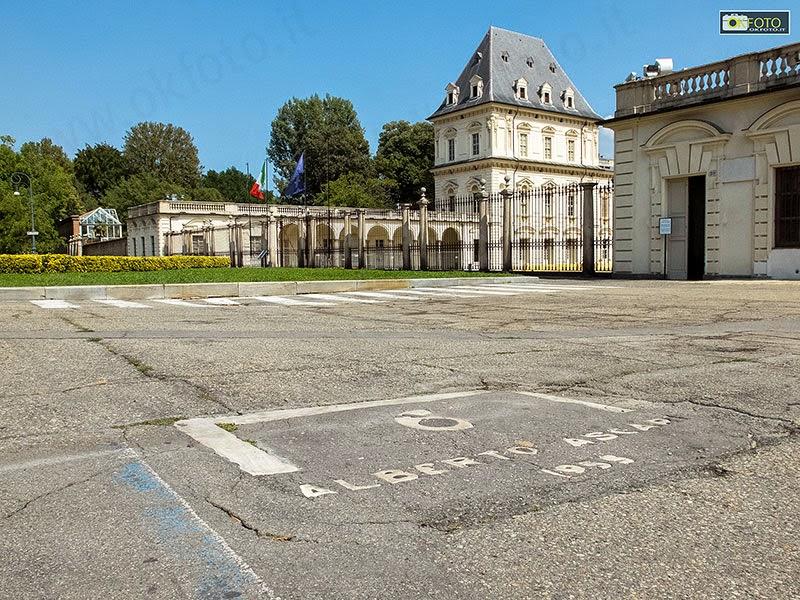 Il ricordo di Ascari nell'asfalto di fronte al Castello del Valentino a Torino