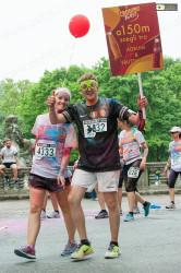 Un partecipante alla Color Run con un cartello colorato