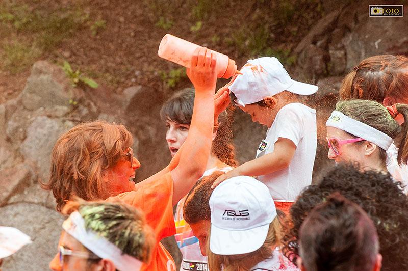 Un bimbo colorato di arancione alla corsa Color Run