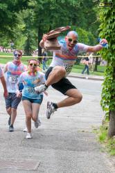 Un partecipante alla Color Run salta