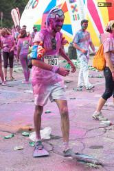 Concorrente della Color Run con pinne e maschera