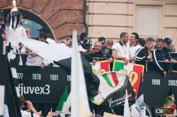 Chiellini e Gigi Buffon sul pullman scoperto della Juve