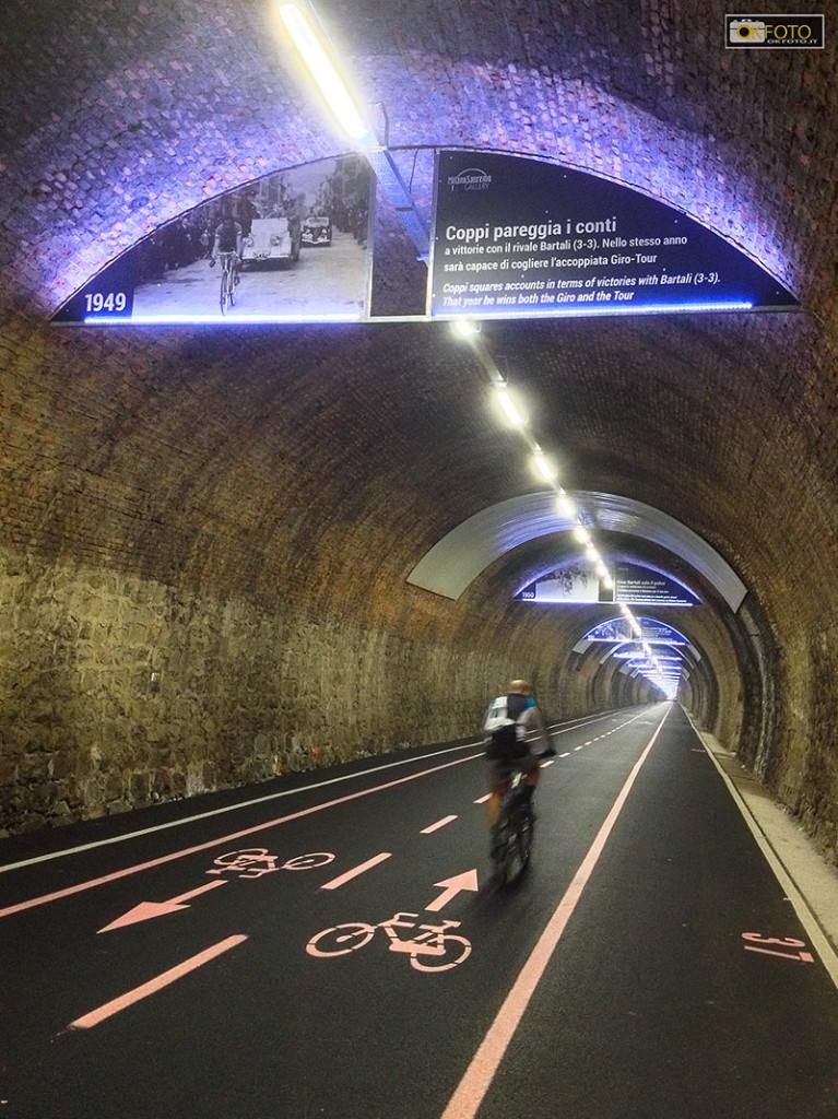 60 cartelli appesi al soffitto raccontano la storia della Milano - Sanremo
