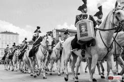 Carabinieri a cavallo sfilano a Torino per il 200° anniversario