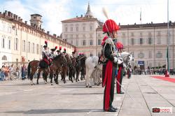 Il colonnello Giancarlo Giustetto Borgnino e i reparti schierati davanti a Palazzo Madama