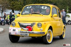 Una Fiat 500 con il sorriso disegnato
