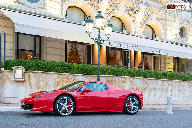 Una Ferrari davanti all'Hotel de Paris