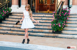 Una modella mentre esce dall'hotel de Paris