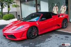 Ferrari davanti allo show room Marussia