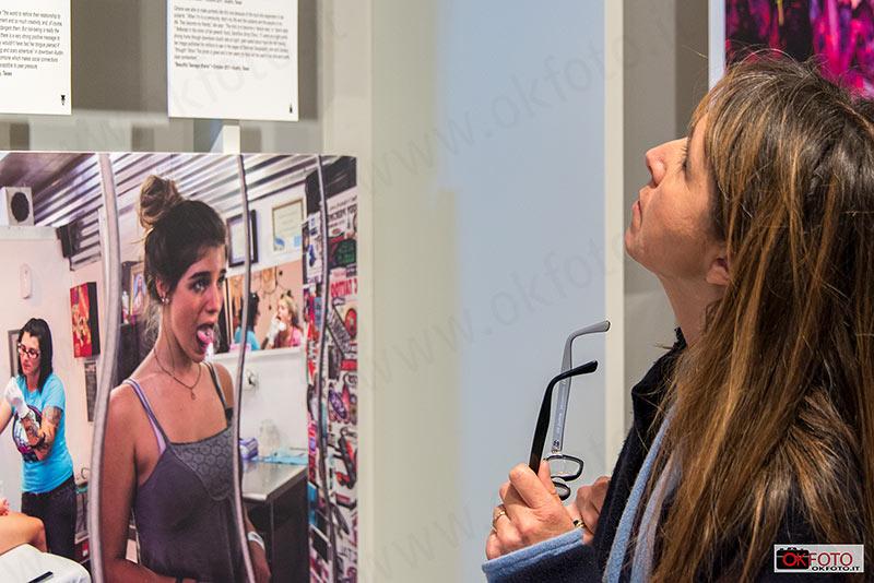 Una donna osserva le fotografie della mostra Women of vision