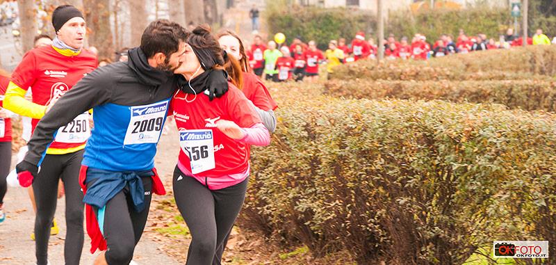 un bacio durante un Po di corsa
