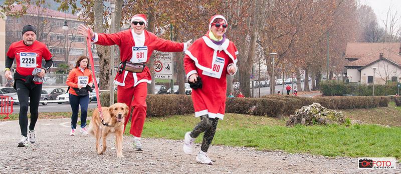 Vestiro da Babbo Natale di corsa con il suo cane