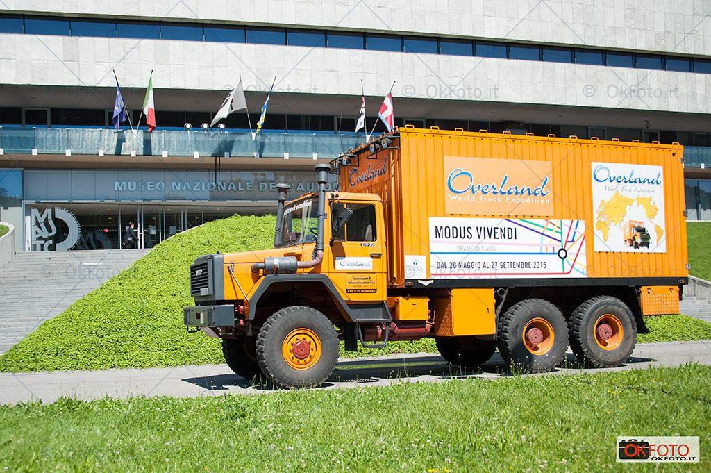 Camion cisterna Iveco Overland davanti al Museo dell'auto