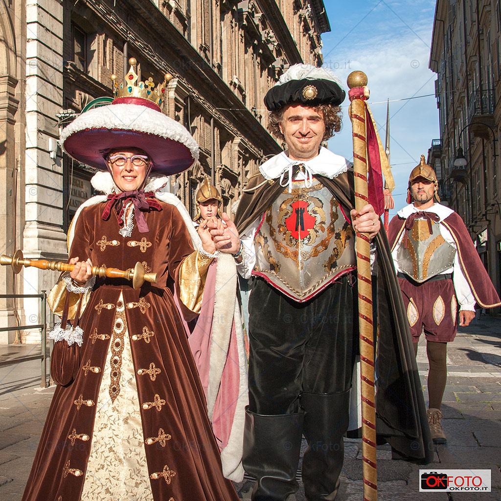 Il corteo storico sfila in via Maria Vittoria