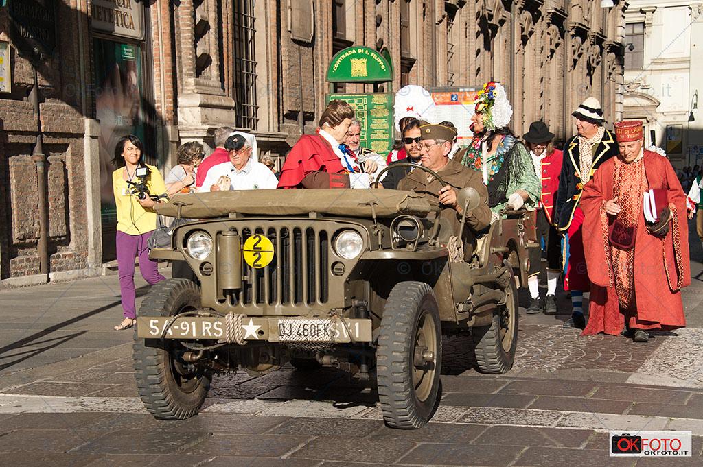 Gianduja, a bordo di una jeep storica, apre il corteo storico di san Giovanni