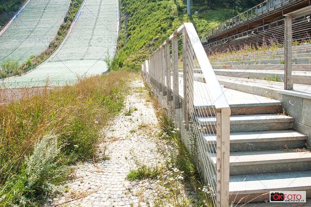le erbacce sulla tribuna dello stadio del trampolino a Pragelato