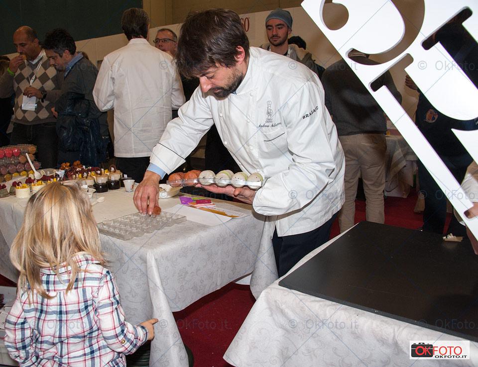 Un buffet di dolci a Gourmet Expoforum di Torino