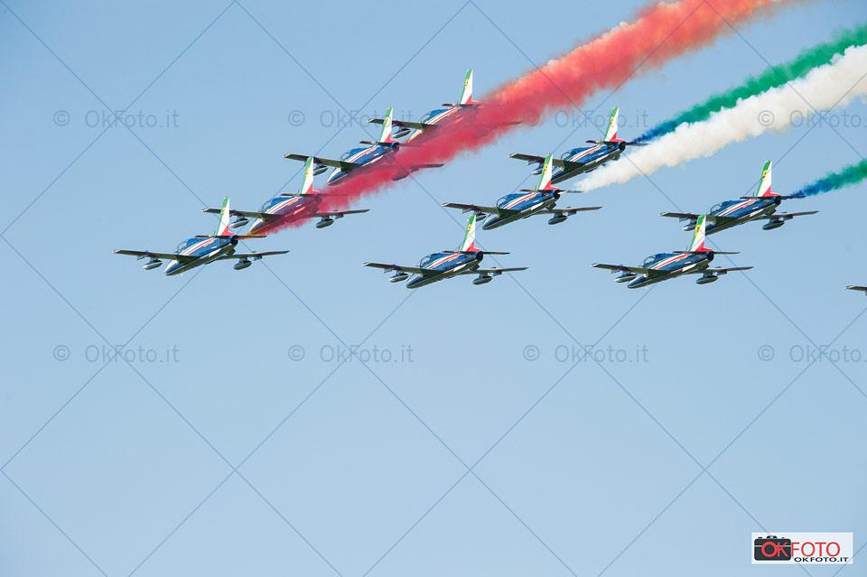 la scia tricolore della Pattuglia acrobatica nazionale a Torino