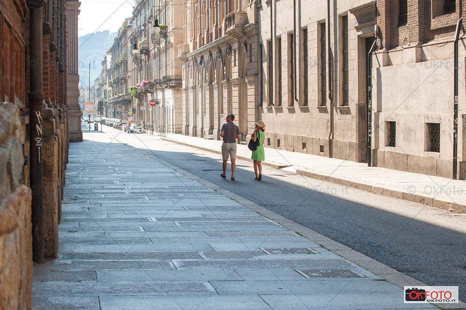 Turisti a passeggio nelle vie deserte di Torino a Ferragosto