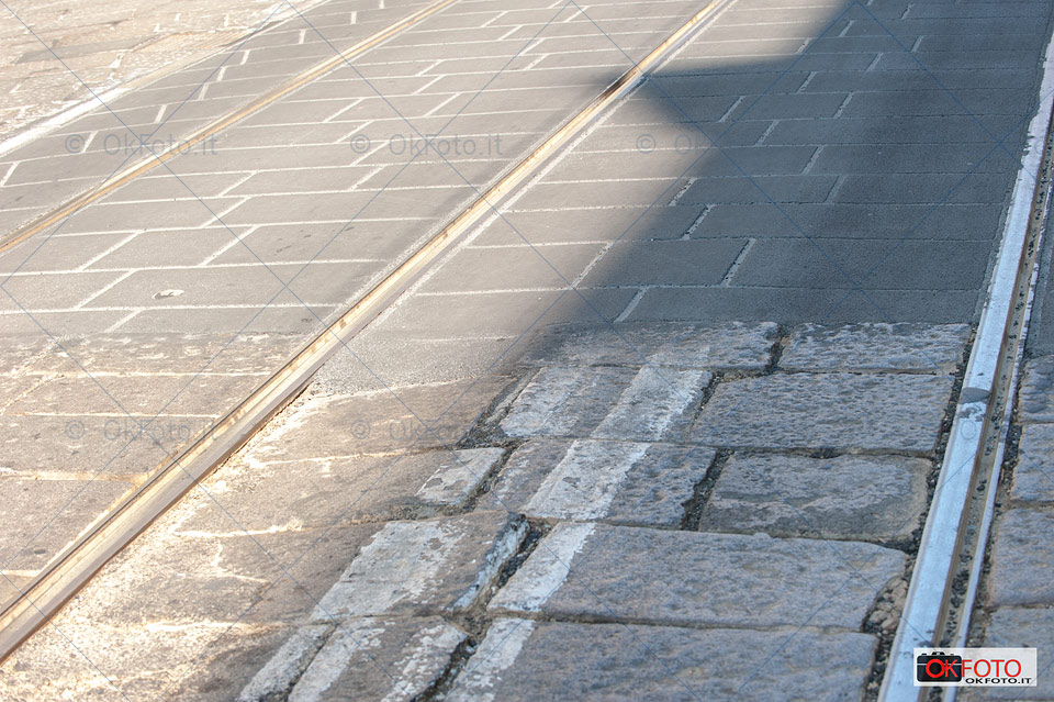 asfalto e lose in via Po: rattoppi artistici