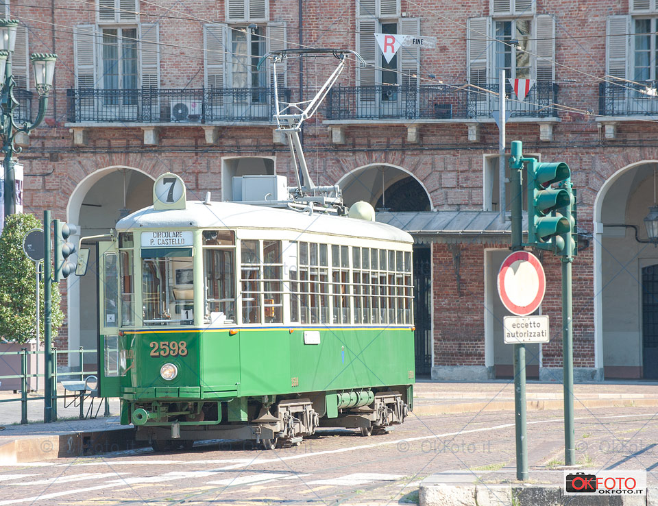 un tram storico sosta in piazza Castello a Torino
