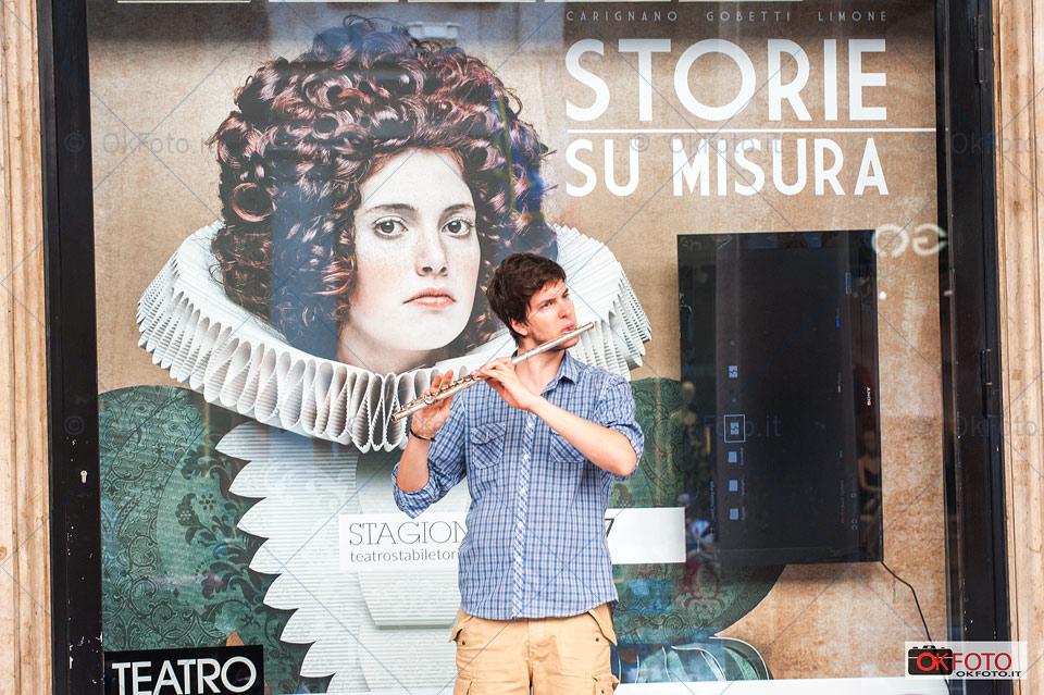 artisti di strada in centro città a Torino